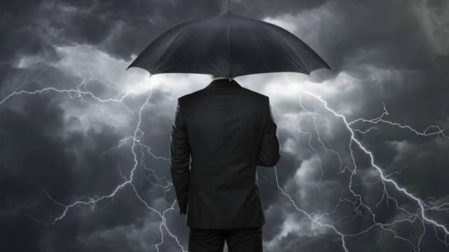 size_810_16_9_homem-com-guarda-chuva-crise